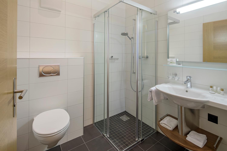 Dusche Standard Doppelzimmer im Hotel